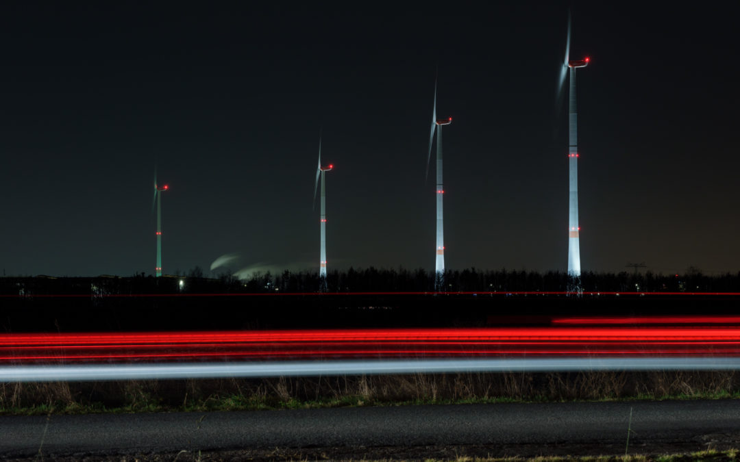 Le turbine eoliche illuminano come candele d'Avvento